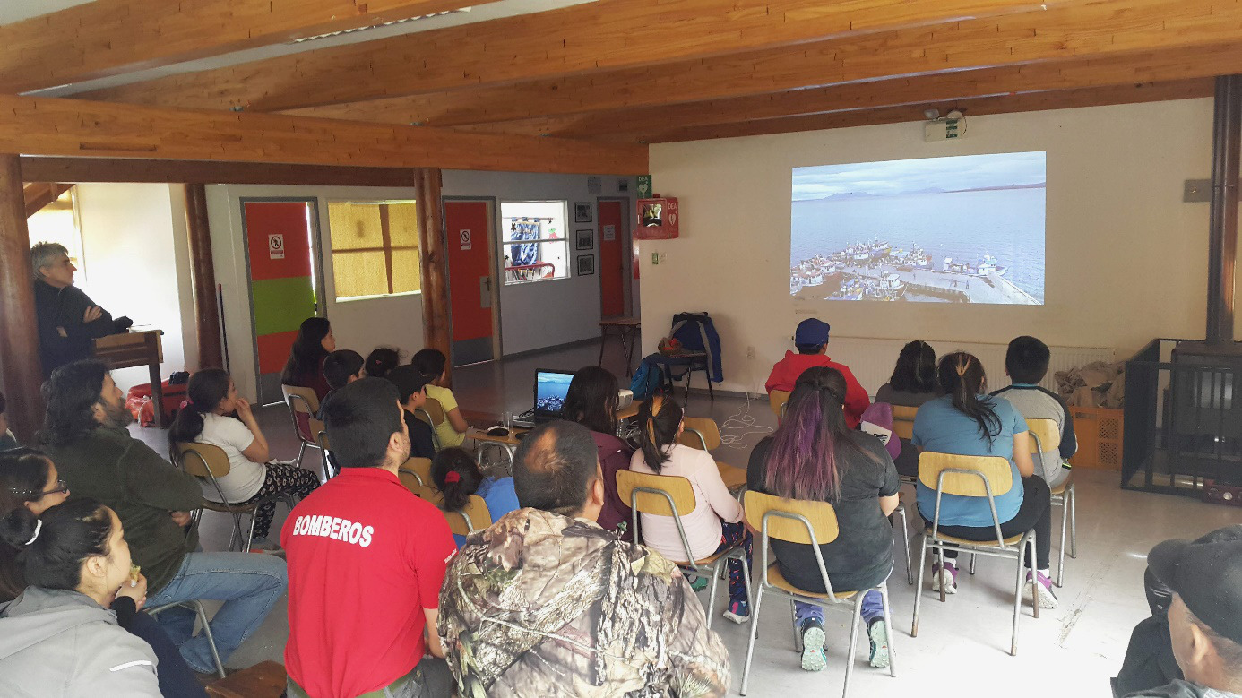 "Projection du film ""Ultima Patagonia"" devant de la communauté de Puerto Edén"